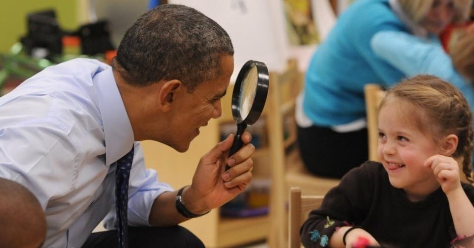 14fev2013---o-presidente-dos-estados-unidos-barack-obama-brinca-com-uma-crianca-de-uma-escola-que-visitou(1)