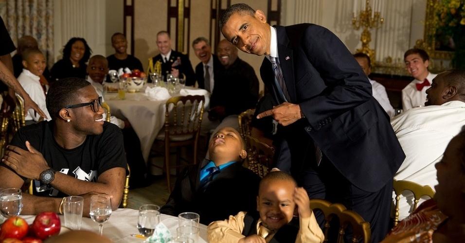 14jun2013---o-presidente-dos-eua-barack-obama-tira-sarro-de-crianca-dormindo-em-evento-de-comemoracao-do-(1)