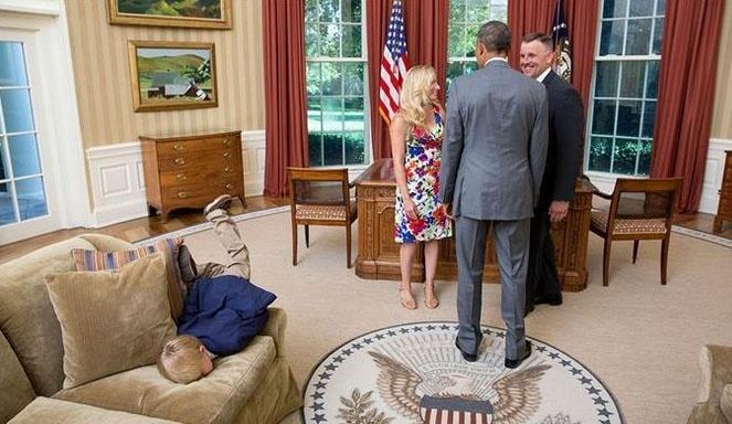 7jul2015---menino-nao-se-aguenta-de-tedio-durante-encontro-do-pai-funcionario-do-servico-secreto-american(1)
