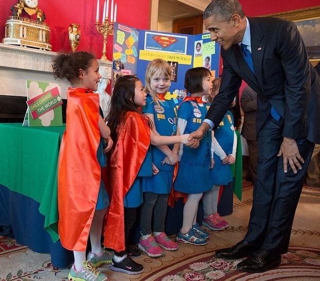 7jul2015---na-feira-de-ciencias-da-casa-branca-menina-vestida-com-capa-vermelha-pergunta-ao-presidente-ba(1)