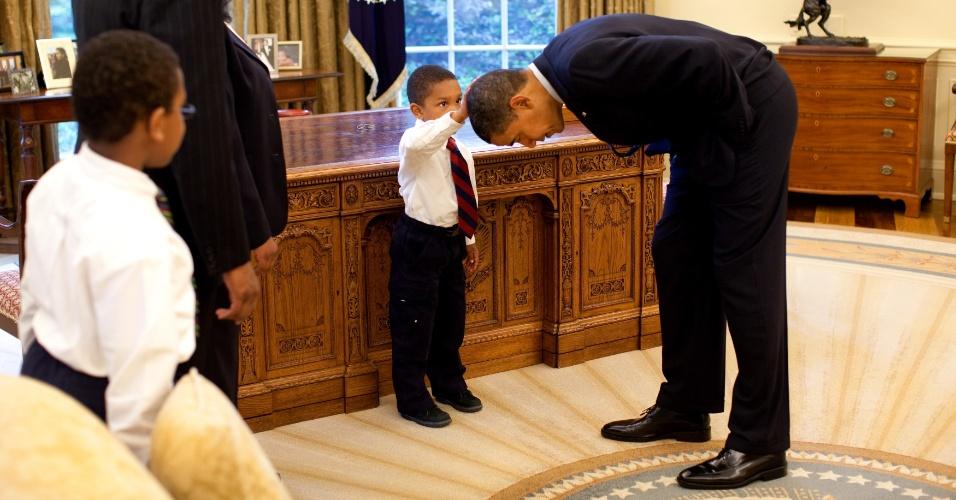 8mai2009---o-presidente-dos-eua-barack-obama-abaixa-a-cabeca-para-que-o-filho-de-um-de-seus-funcionarios-(1)