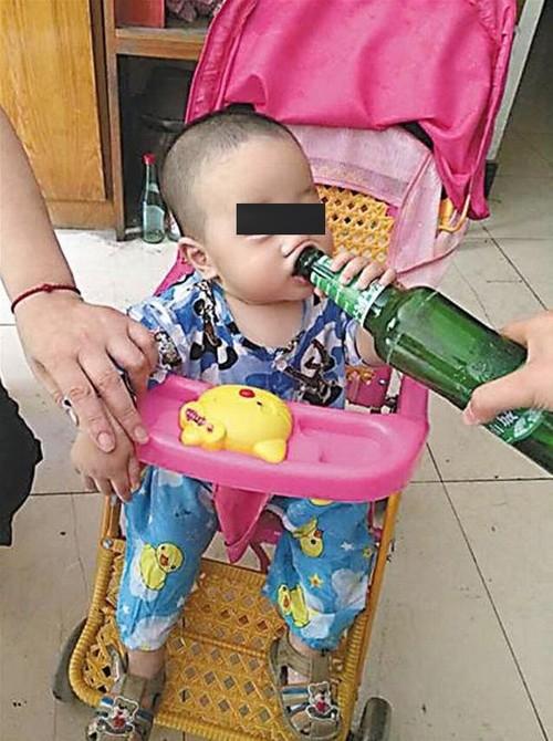 Bebê bebendo cerveja