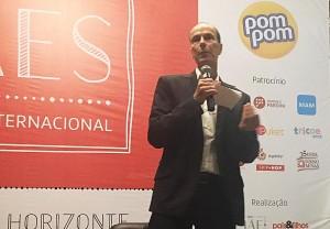 Luiz Hanns durante sua palestra no 1º Seminário Internacional de Mães