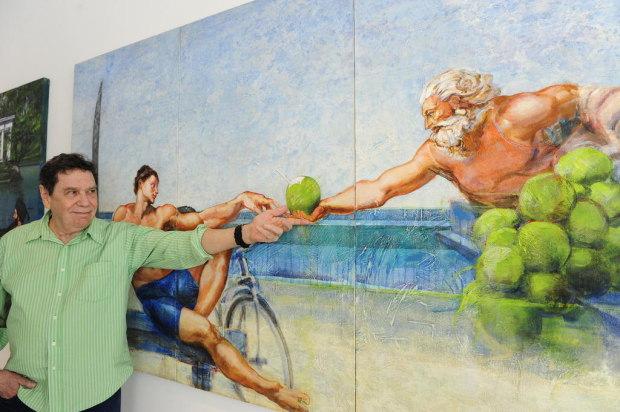 Lielzo Azambuja ao lado de uma de suas obras, 'A Criação de Adão', de Michelangelo, ambientado na Praia do Pepê.