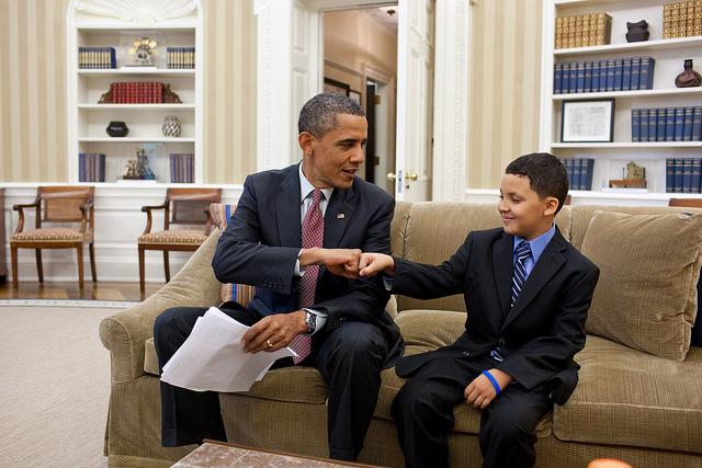 obama_kid_fist_bump