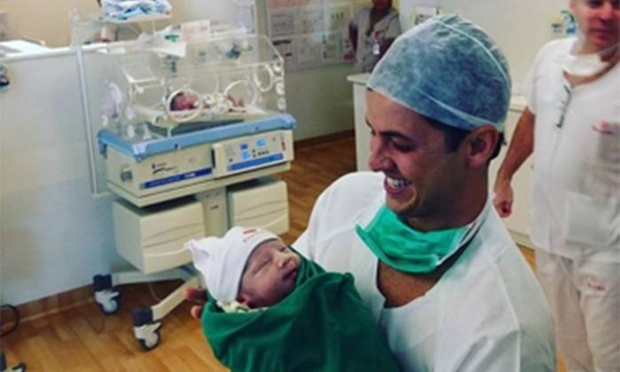 Matheus Braga com seu filho recém-nascido, Gabriel