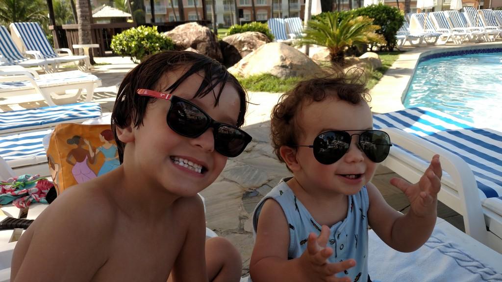 Momento corujando os filhos na piscina. tem meninos mais estilosos?