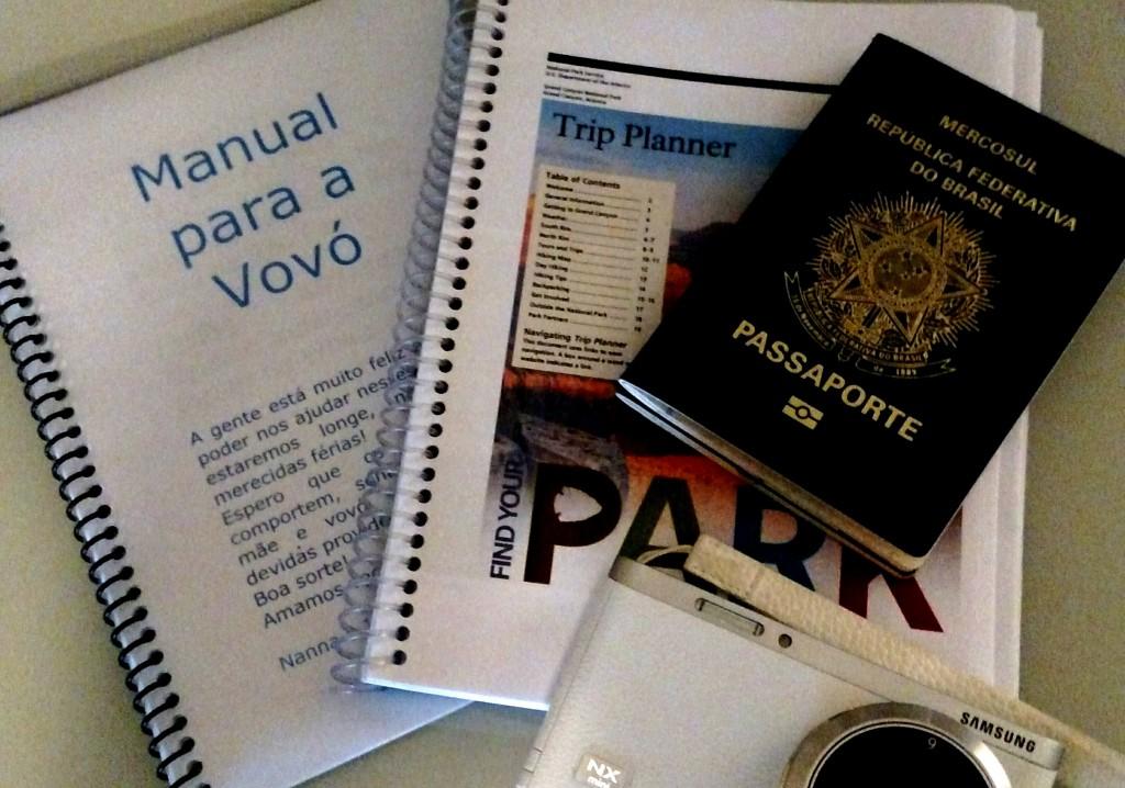 Kit Viagem: o indispensável para esses dias que virão (notem o manual para a Vovó)