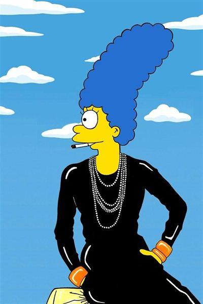 Marge Simpson imitando a estilista