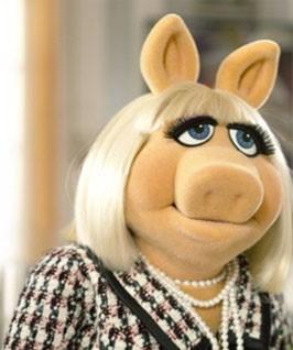 Miss Pig como Coco Chanel