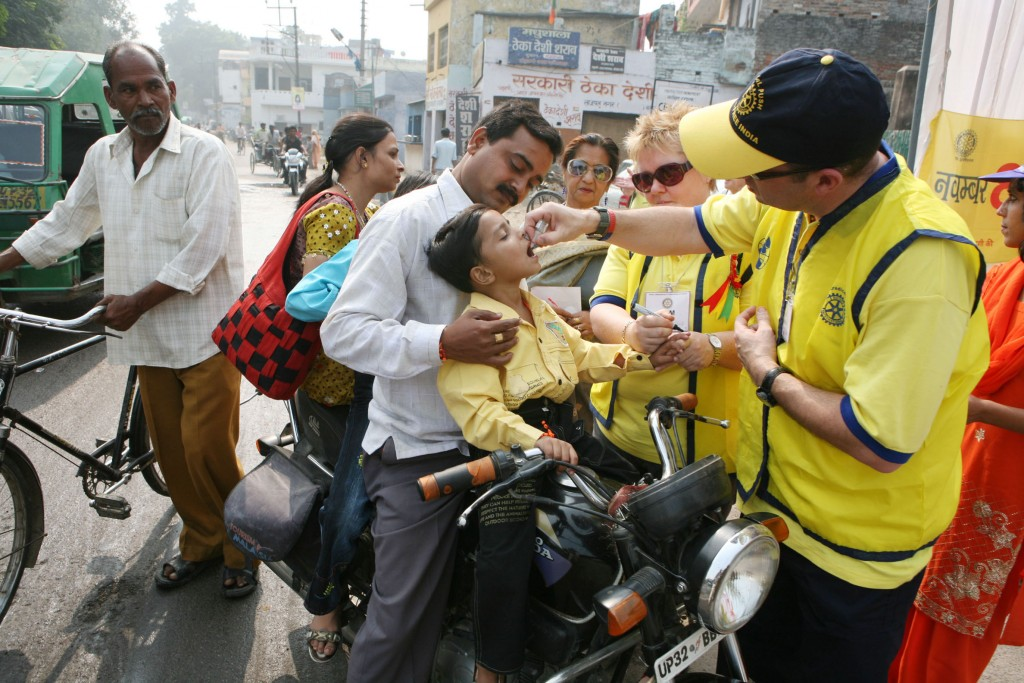 Associados e voluntários da Rotary na Índia, trabalhando na campanha de imunização