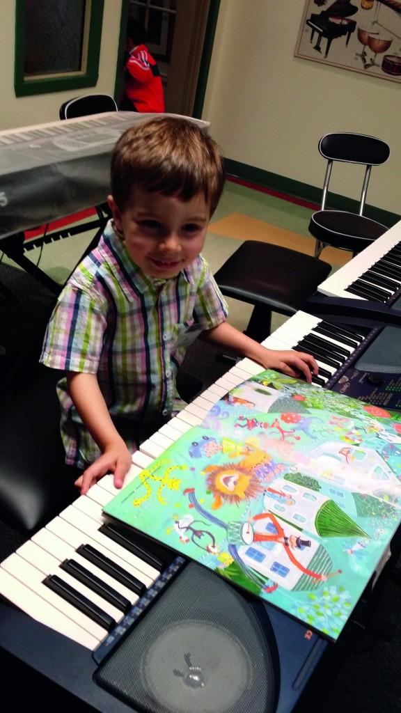 A aula com método Yamaha explora o lúdico das músicas. As crianças amam!
