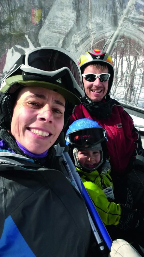 Quando as ciclovias estão fechadas, cheias de neve, a família inteira vai esquiar