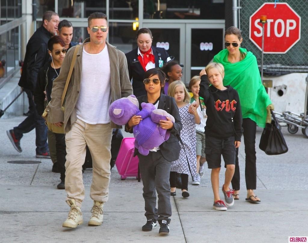 A família toda reunida, chegando no Aeroporto Internacional de Los Angeles