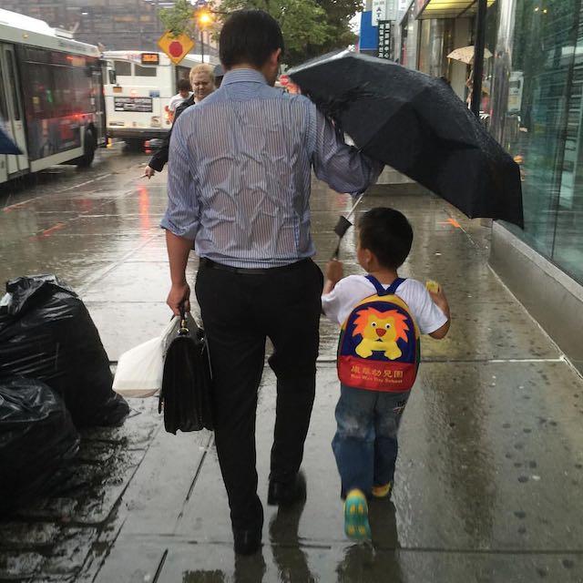 Pai com guarda-chuva