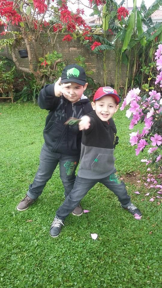 Issac, 4 anos, e Davi, 3 anos, filhos de Fabrício e Patrícia