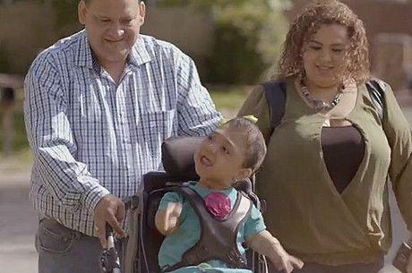 Janelly em suas cadeiras de rodas