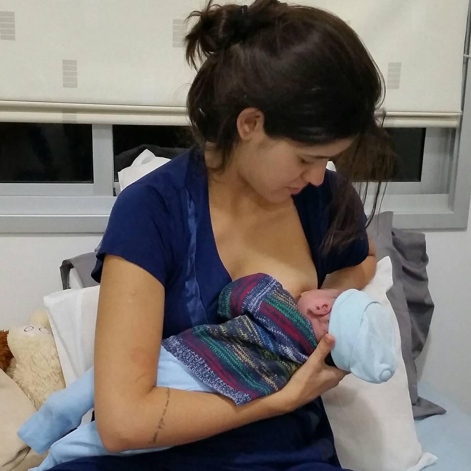 Marília amamentando seu filho