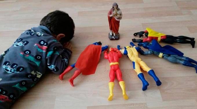 Pablo rezando com bonecos