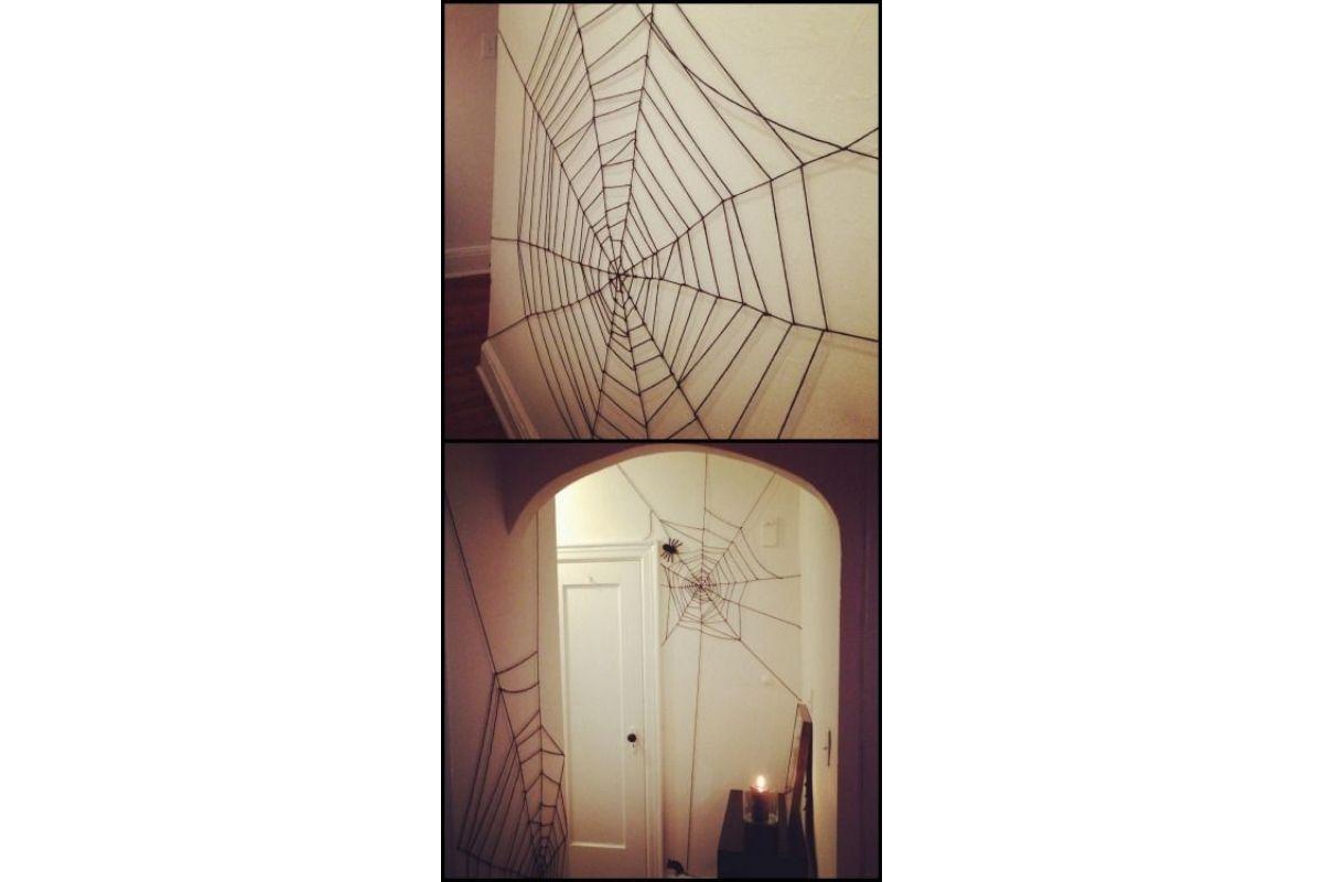 Use linhas de lã pretas para criar teias de aranha