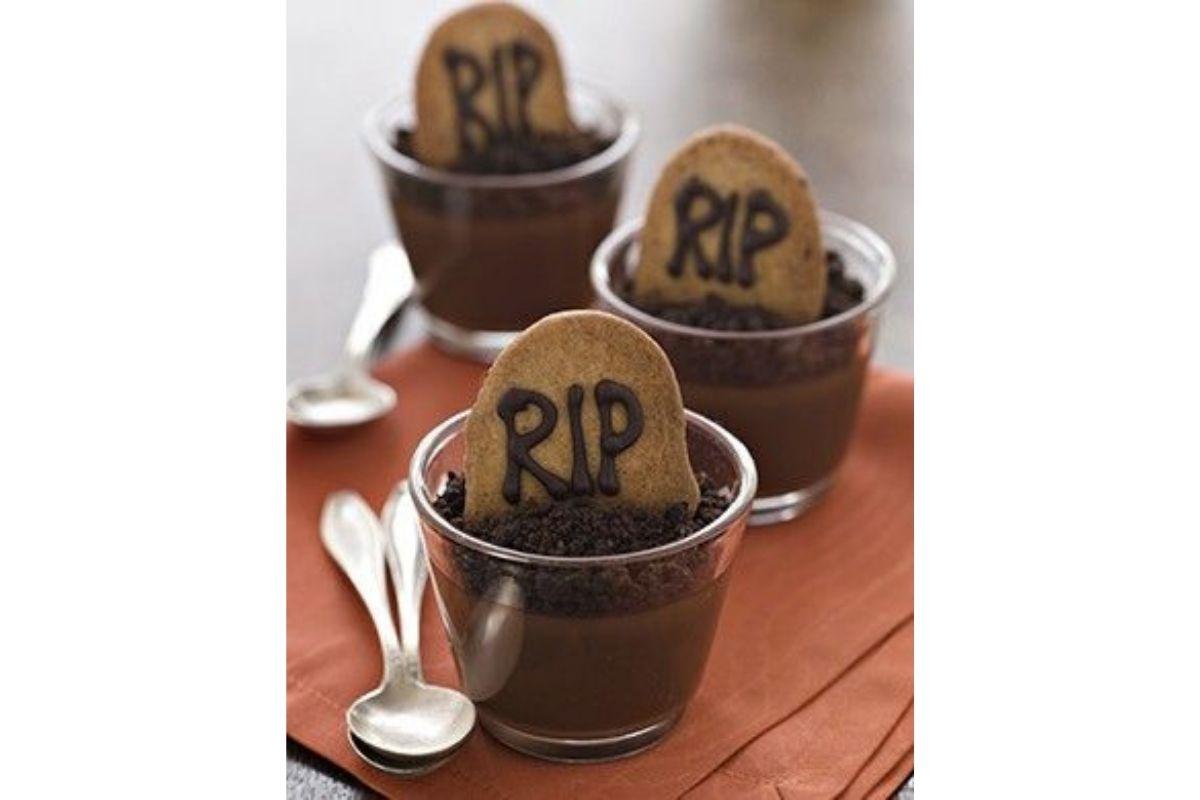 Personalize os brigadeiros de colher com pedaços de biscoito para formar doces típicos de Halloween, mas com um pé no Brasil