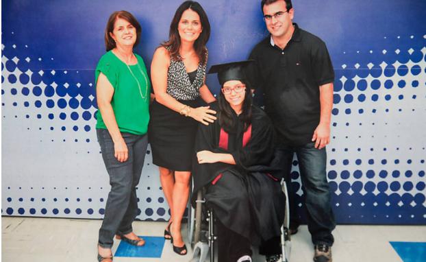 Giovanna com toda a família em sua formatura do Ensino Médio