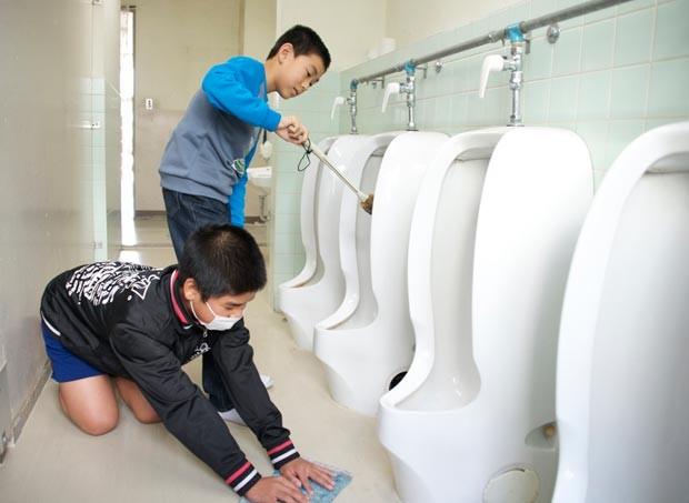 Os estudantes limpam até o banheiro