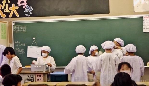 Os próprios alunos ajudam a servir a merenda