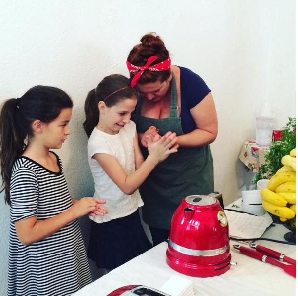 Bia ensinou a Clarinha e a Helena a escolher os alimentos e cozinhar!
