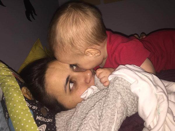 Tentando colocá-la para dormir. Ela gosta de ficar o mais fisicamente perto possível de meu rosto. Acho que ela tem algo a ver com esses círculos escuros para dormir também