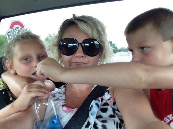 Ter que sentar entre seus filhos em uma viagem de três horas para que eles não se matem