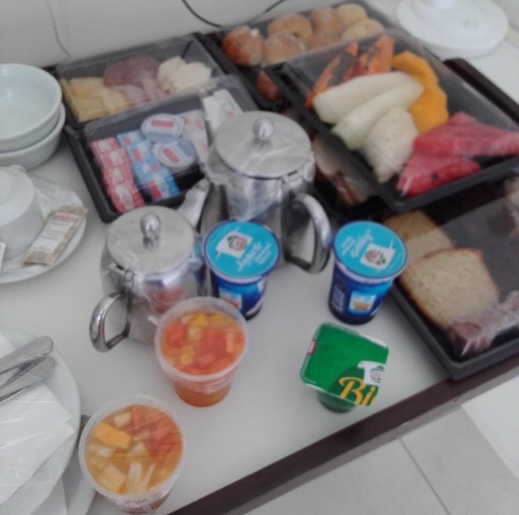 No primeiro dia, nós chegamos depois do café da manhã. Olha que linda a bandeja que eles mandaram para nós no quarto!