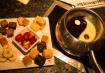 Chocolate branco e preto formando o Yin-Yang e além das frutas, para a sobremesa, têm pedacinhos de bolo!
