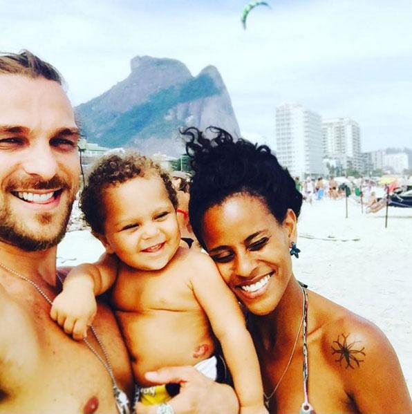 Igor Rickli e Aline Wirley levam Antônio à praia (Foto: Reprodução/Instagram/igorrickli)