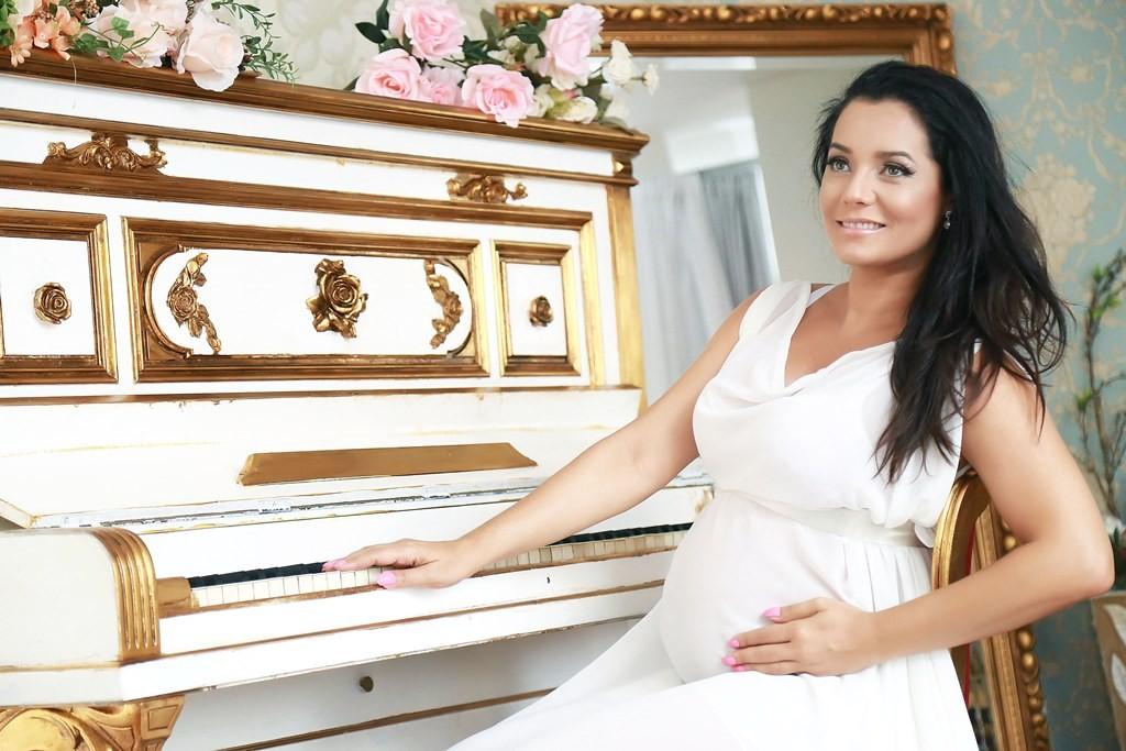 Mônica Carvalho está grávida de 8 meses (Foto: Roni Sanches)