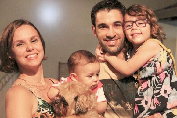 André ao lado de sua mulher, Juliana, e seus filhos, Júlia e Daniel (Foto: Arquivo Pessoal)