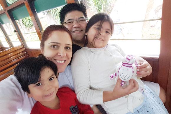 Helena ao lado do seu marido, , e de seus filhos Isabela e Otávio. Foto: Arquivo pessoal