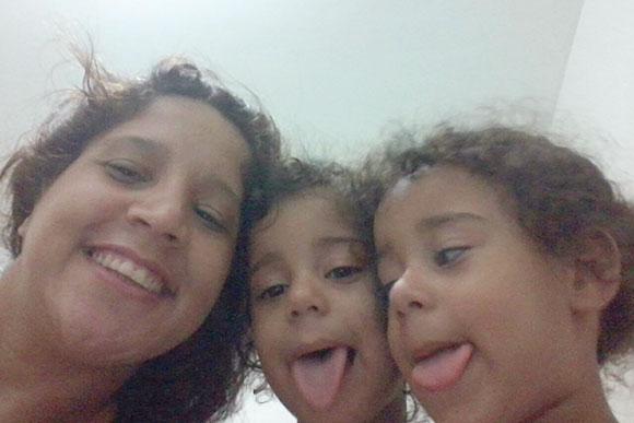 Daniela conta que filhas gêmeas defendem uma a outra
