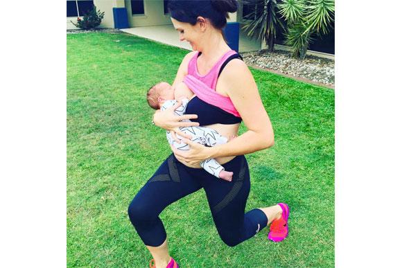 """""""Não é que eu esteja correndo ou fazendo exercícios pesados, são só agachamentos, já que eles são fáceis de fazer enquanto amamento"""" (Foto: reprodução / Facebook Sharny & Julius)"""