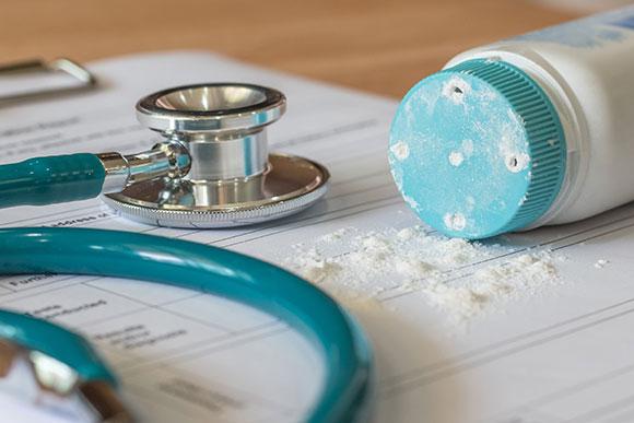 Oncologista afirma que o talco não deve ser visto como vilão e pode ser usado com parcimônia (Foto:Shutterstock)