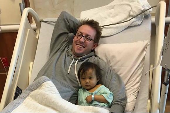 Brooklyn se recupera bem da cirurgia com o apoio dos pais (Foto: Reprodução Facebook)