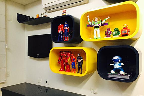 Trocar bichos de pelúcia por bonecos temáticos é uma forma de mudar o quarto (Foto: Shutterstock)