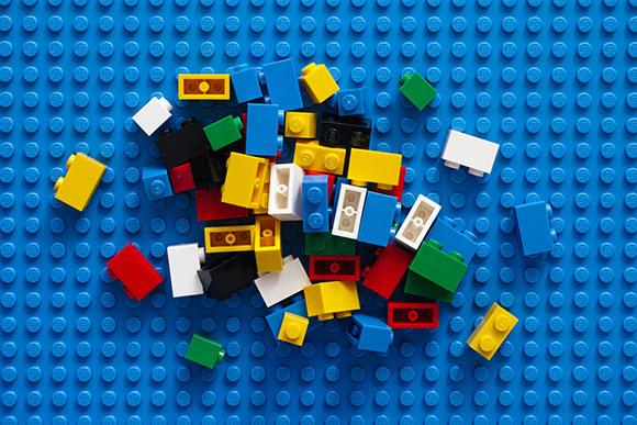 Quem mãe nunca pisou nos blocos de montar, que pediu para o filho guardar? (Foto: Shutterstock)
