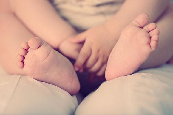 O colo é uma forma dos pais ensinarem ao bebê como se acalmar (Foto: Shutterstock)