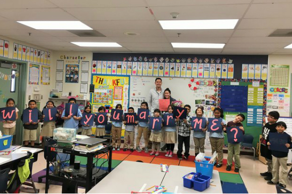 As crianças se organizaram com placas para formar o pedido (Foto: Jessica Lai)