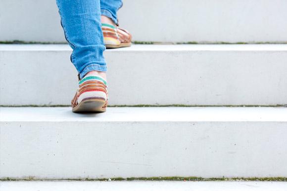 Sapatos sem salto e confortáveis são os mais indicados para as grávidas e mães de recém nascidos (Foto: Shutterstock)