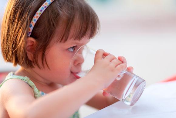 Estimular os pequenos a beberem água é fundamental para prevenir problemas nos rins (Foto: Shutterstock)