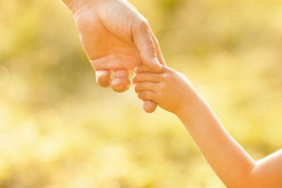 Mantenha a calma e ajude seu filho a entender as causas do que faz (Foto: Shutterstock)