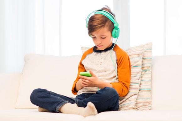 A TV e a internet pode adiantar a passagem da infância para a adolescência (Foto: Shutterstock)