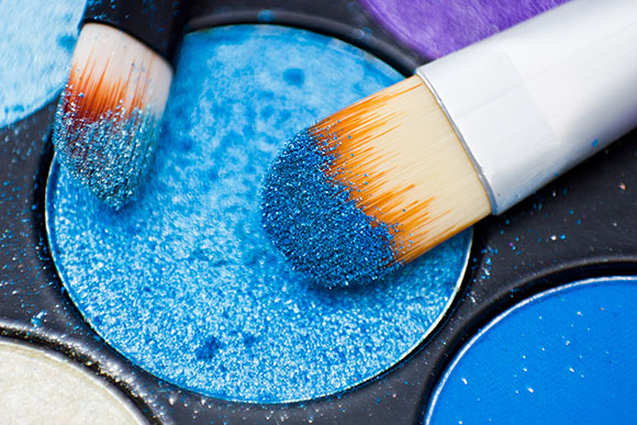 Maquiagens estão liberadas, mas precisam ser certificadas pela ANVISA e de marcas confiáveis (Foto: Shutterstock)